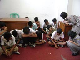 satpol-pp-saat-mendata-pelajar-bolos